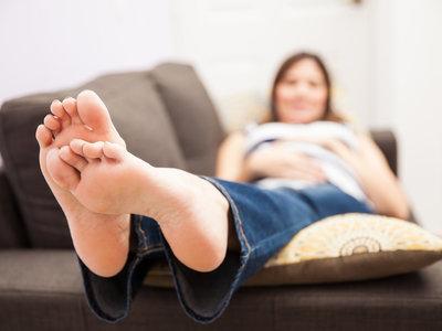 ¿Por qué podría ser peligroso dormir boca arriba durante el embarazo?