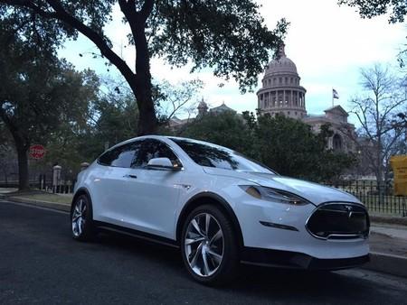 Elon Musk se presenta en Tejas conduciendo un Tesla Model X
