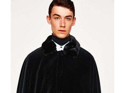 Para tu disfraz de Halloween o volver al siglo XIX: la capa de terciopelo de Zara que querrás llevar
