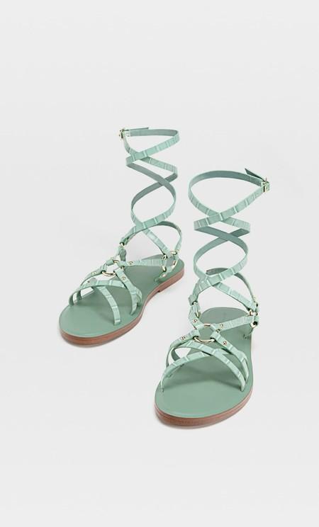 Sandalias planas atadas grabado