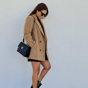 Paula Echevarría triunfa con un abrigo camel, un vestido negro y unos botines cowboy. Replicamos en versión low-cost este look repleto de básicos