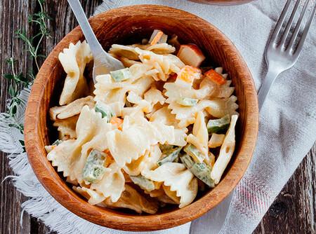 Ensalada de pasta y palitos de cangrejo: receta marinera de fondo de armario