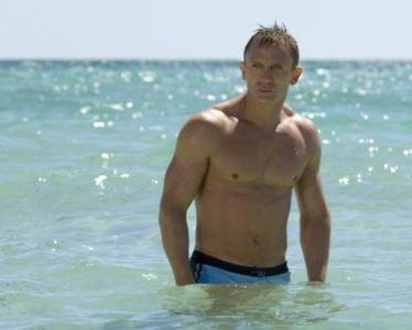 55.000€ por el bañador sin lavar de Daniel Craig... ¿estamos locos o qué?