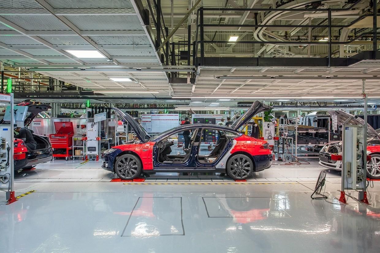 Las pérdidas y problemas de producción no desaniman a Tesla: camiones, minibuses y Model Y, un SUV compacto