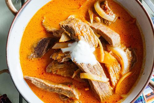 Fajitas de res en salsa de chile guajillo. Receta mexicana fácil