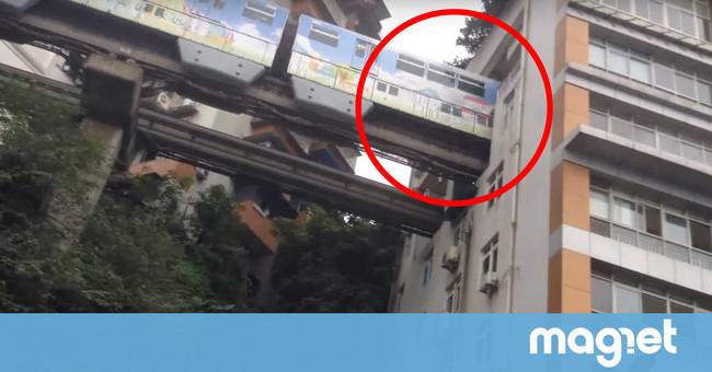 Hay una estación de metro en China construida en medio de un bloque de viviendas (y es alucinante)