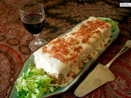 Pastel de cordero con salsa de tahini y tomate: receta festiva, pero ligera, con sabor a Oriente Medio