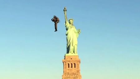 Así es como la primera mochila propulsora hace su espectacular debut volando en Nueva York