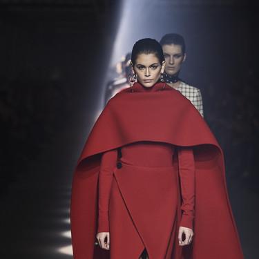 El desfile de Givenchy nos deja la imagen más poderosa de Kaia Gerber en la Paris Fashion Week y ese vestido capa es el responsable