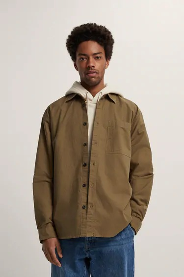 Camisa corte relaxed fit en color marrón