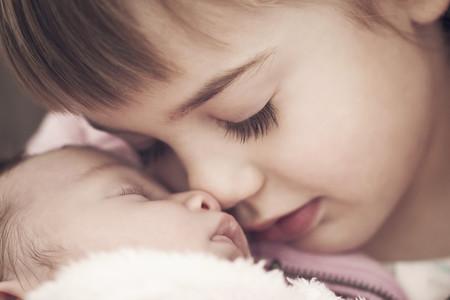 Nueve consejos para evitar los celos del hermano al llegar el recién nacido a casa