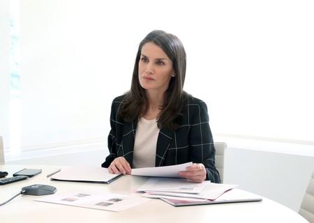 La americana de cuadros, la mejor aliada para las videoconferencias de la reina Letizia: copiamos su último look con cinco alternativas
