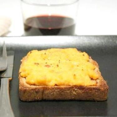 Rarebit o tostada galesa de queso Cheddar, receta para un almuerzo (o cena) rápido y delicioso