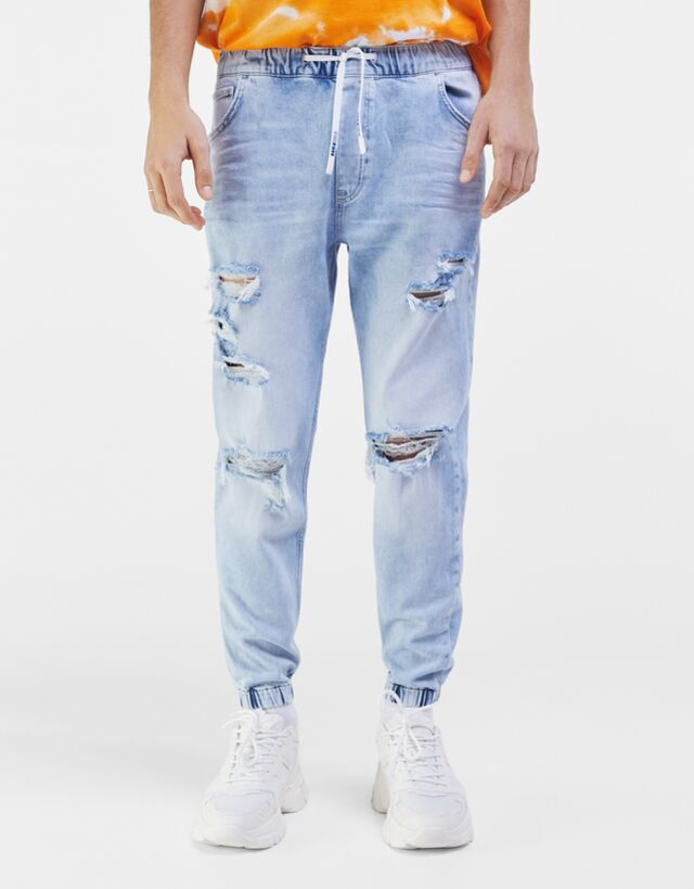 Pantalón jogger en denim con rotos y efecto de contraste
