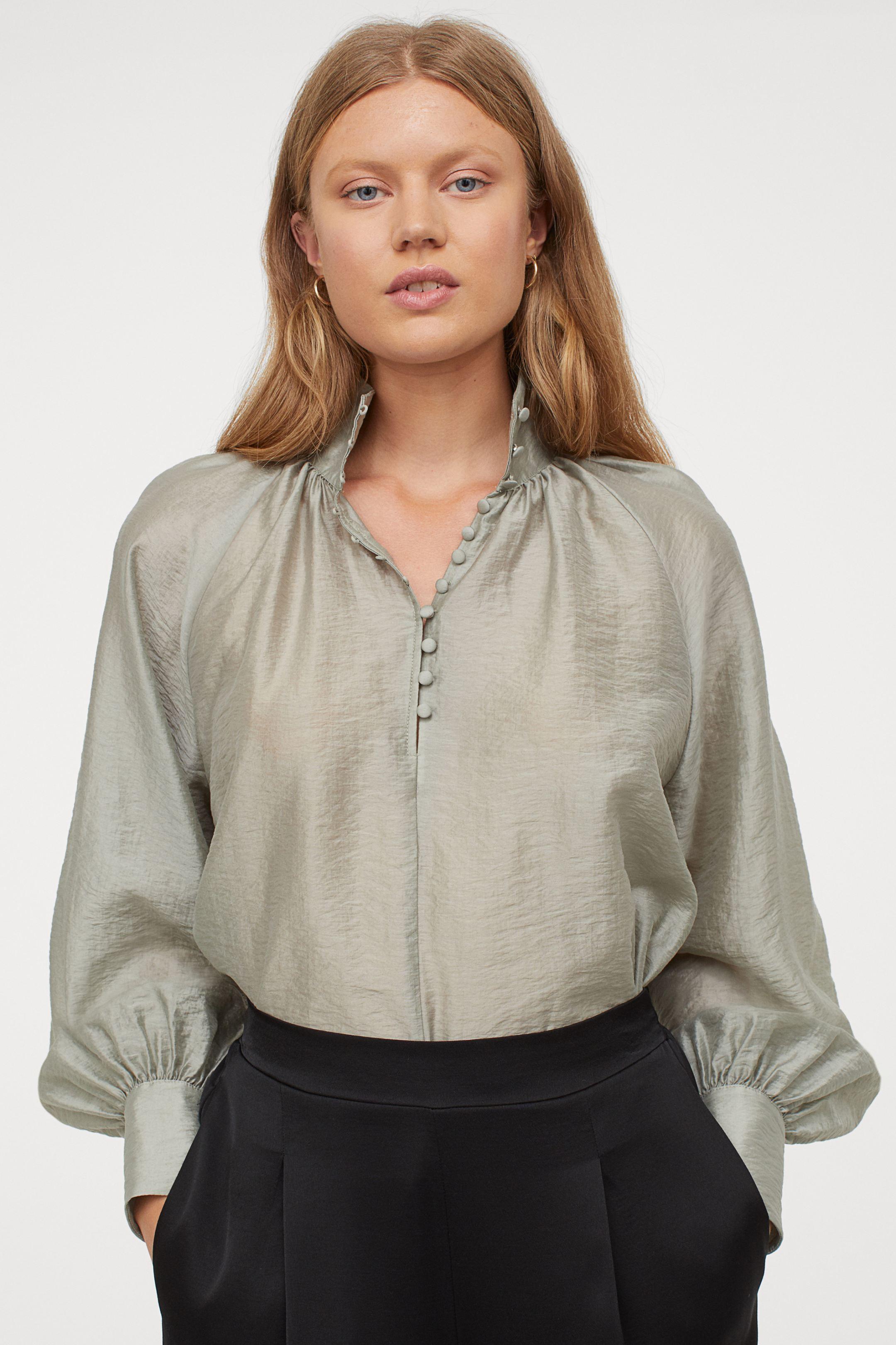 Blusa de satén con botones tejidos y mangas globo