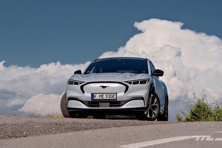 ¡SUV eléctricos a prueba! El Mustang Mach-E suspende el test del alce mientras que el Tesla Model Y lo pasa con nota