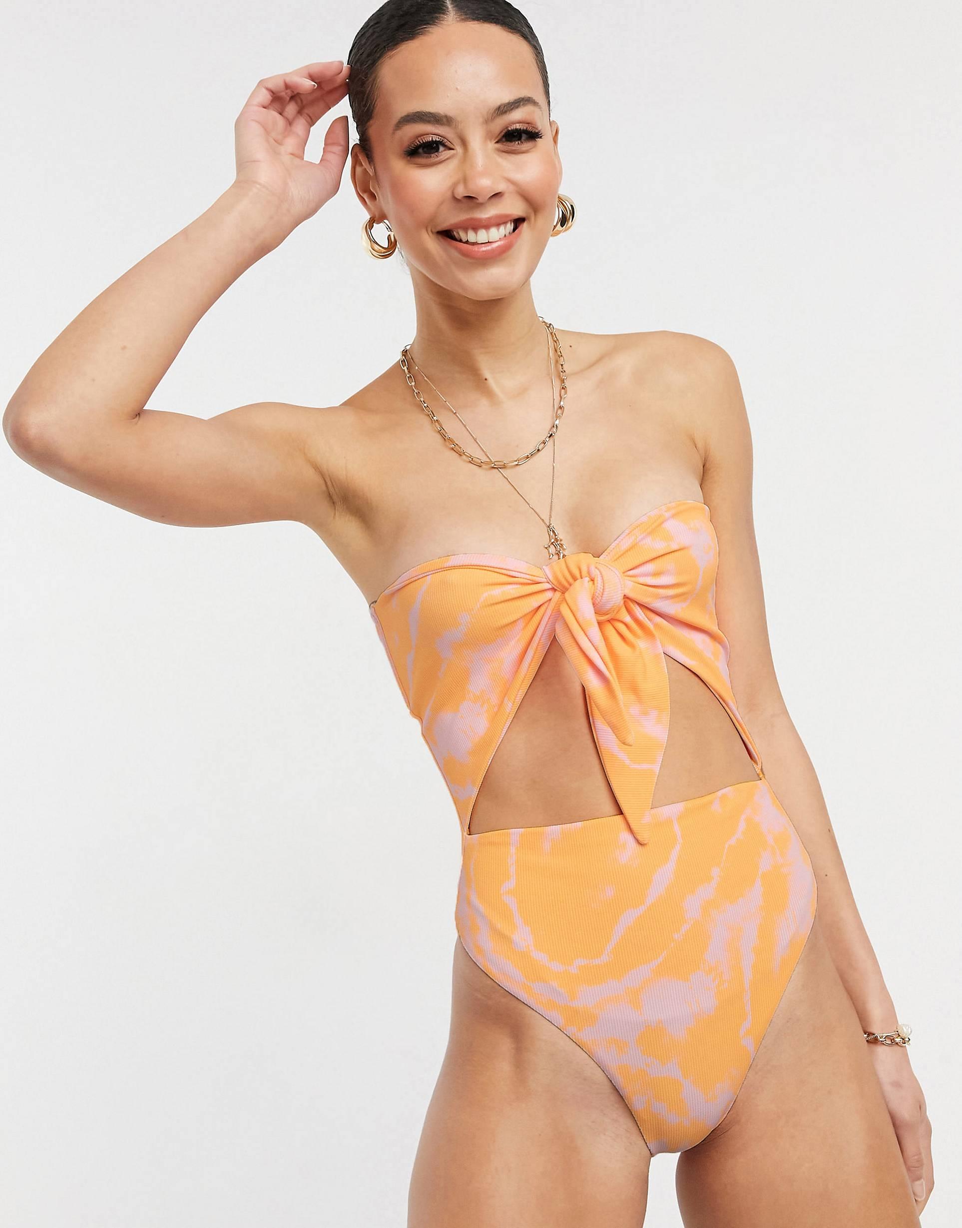 Trikini naranja con efecto tie dye desteñido al sol y lazada en la parte delantera.