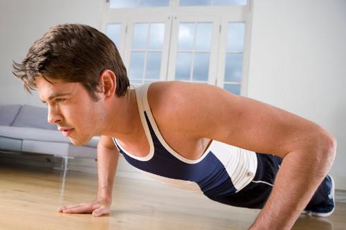 Siete ejercicios y una rutina para quemar calorías en esta Navidad, sin salir de casa