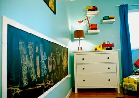 Dormitorio con juguetes vintage