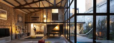 Un antiguo teatro en Barcelona reconvertido en una vivienda- taller respetando su estructura original