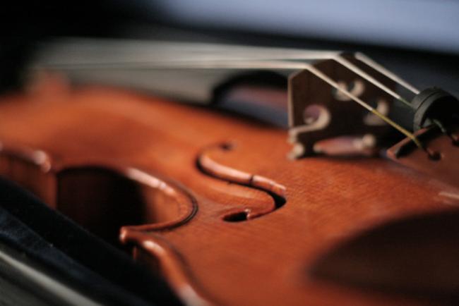 Un violín para combatir trastornos psicológicos en niños