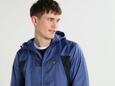 50% de descuento en la chaqueta fina Storm blue de Lyle & Scott: ahora 54,95 euros con envío gratis