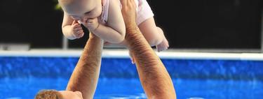 El primer baño del bebé en la piscina: nueve consejos