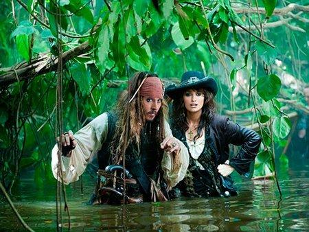 ¡Ya era hora! Penélope Cruz y Johnny Depp llegan surcando los mares