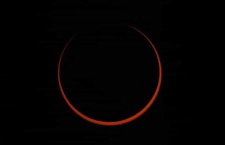 """El último eclipse solar de la década vuelve a impactarnos con el célebre fenómeno del """"anillo de fuego"""""""