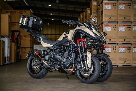Más barroco imposible: 148 CV para esta Yamaha Niken turbo, escape Akrapovic y top case