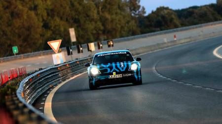 El Porsche Taycan está en plena forma: temperaturas infernales y 24 horas a fondo en el circuito de Nardò