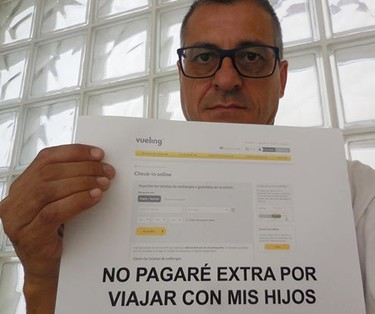 Un padre denuncia el recargo que imponen las aerolíneas por viajar junto a los hijos