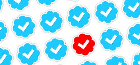 La noticia no es que Twitter retire la verificación a supremacistas y extremistas, sino que la tuvieran