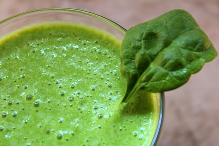 Receta sencilla de licuado de papaya y hojas verdes. Ayuda a mantener el índice de masa corporal adecuado