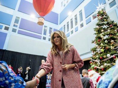 Melania Trump saca su lado más solidario con un abrigo de 1.188 euros