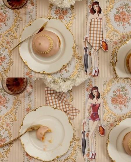 Aurore D´Estaing, jugando a las muñecas en la mesa