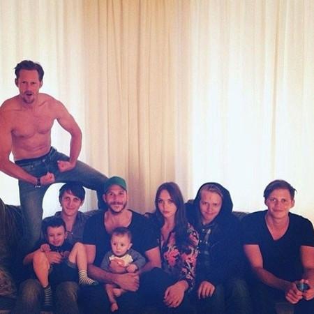 Adoro las fotos familiares de Alex Skarsgard. Sin camiseta, como tiene que ser