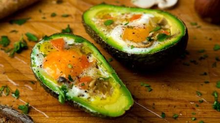 Aguacates rellenos de huevo y tocino. Receta fácil para consentirte antes del fin de semana