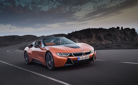 BMW i8 Roadster, el híbrido más atractivo se despoja del toldo rígido