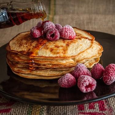 Hot cakes de harina de almendra y frambuesas. Receta sencilla para el desayuno
