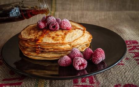 Hot cakes con harina de almendra y frambuesas. Receta fácil