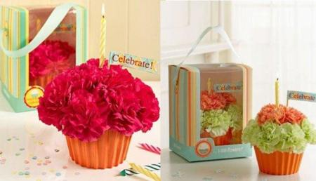 Decoración navideña: un cupcake de flores para adornar la mesa