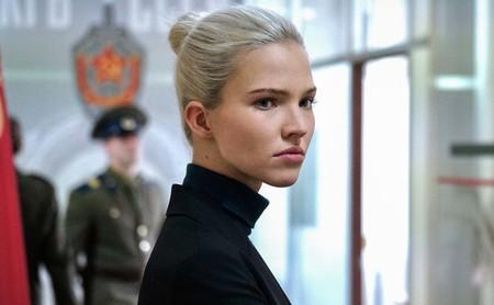 'Anna': Luc Besson vuelve al cine que controla, el de asesinas perfectas y robóticas
