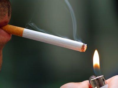 ¿Por qué la gente dejó de fumar cuando se prohibió? La interiorización de las normas