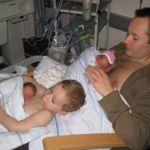 El contacto piel con piel es tan importante que hasta el padre y el hermano pueden contribuir a la causa