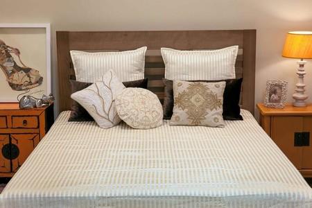 Renueva la decoración en el hogar combinando textiles con fondos metalizados