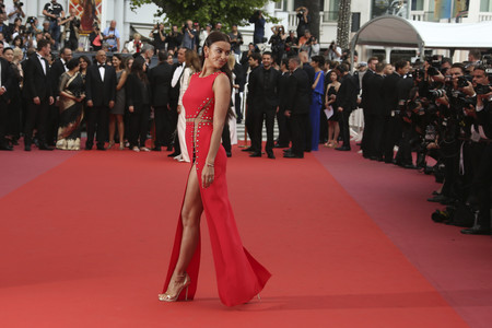 "Irina Shayk hace sombra al resto de celebrities en la red carpet de ""Sorry Angel"": aquí todos los looks"