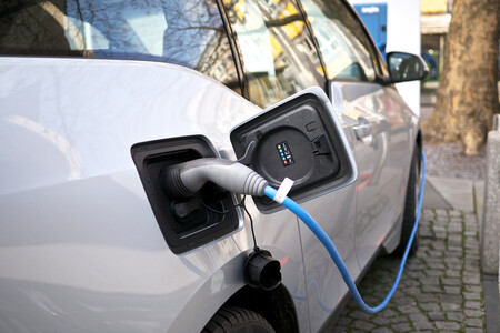 """El control de las """"electrolineras"""", la batalla del futuro en la transición al coche eléctrico"""