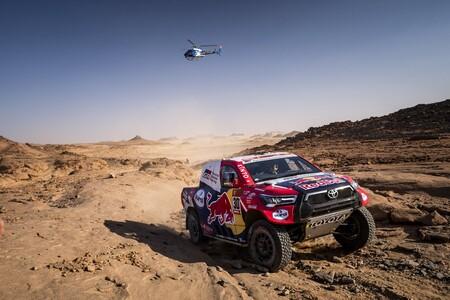 Nasser Al-Attiyah gana la octava etapa del Dakar 2021 y Carlos Sainz recorta distancias con la cabeza