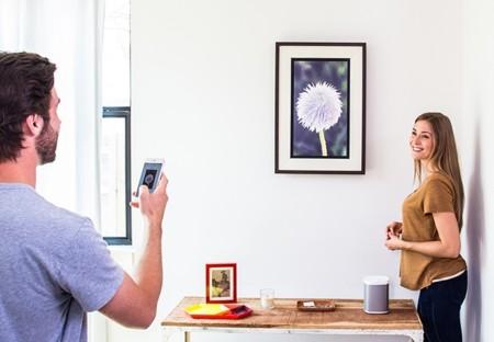 Acanvas, el marco inteligente con cable retráctil para colgar tu arte digital de la pared